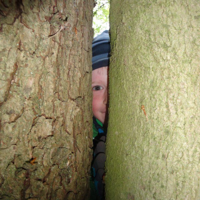 Kind versteckt sich